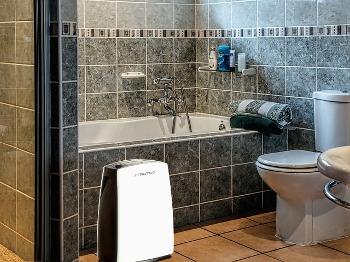 Odvlhčovač Trotec TTK 51 E v koupelně