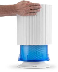 Uživatel může snadno sejmout kryt tohoto zvlhčovače vzduchu s neviditelným zvlhčováním a odhalí modrou nádržku se smáčecím filtrem.